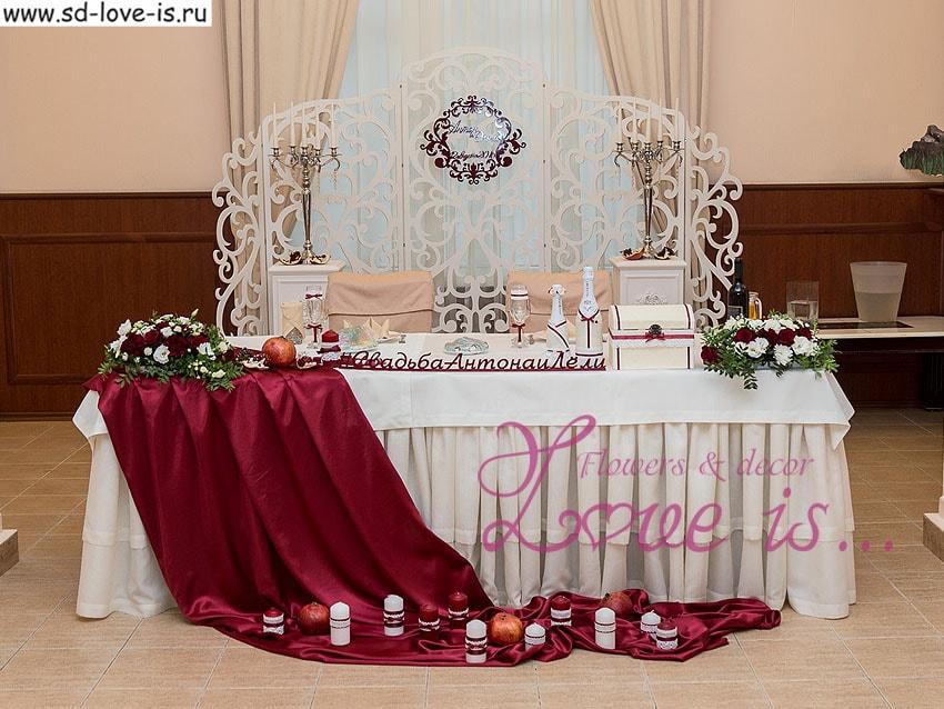 Стол молодоженов свадьба в бордовом цвете