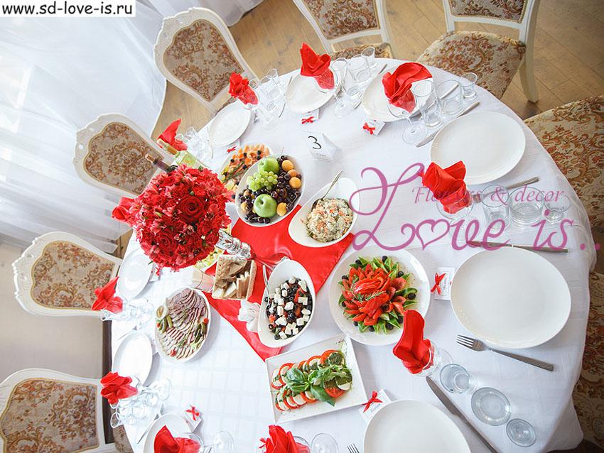 Круглый стол для гостей на свадьбе
