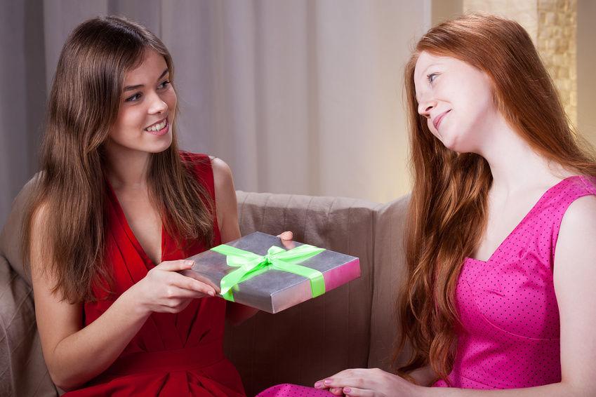 выбрать подарок лучшей подруге